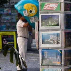 23.jul.2012 - Homem usa um orelhão da Oi  no centro do Rio de Janeiro - Daniel Marenco/Folhapress