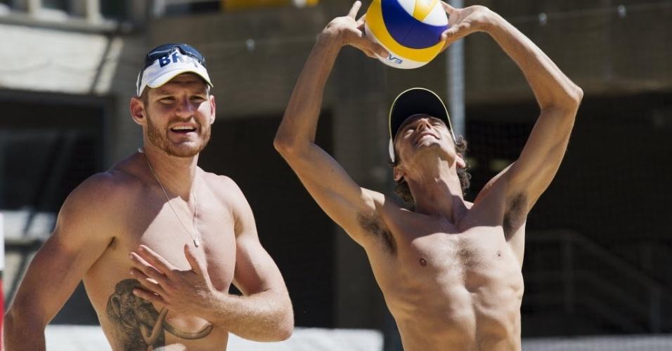 A dupla de vôlei de praia Alison (esq.) e Emanuel treina na arena de Crystal Palace nesta segunda-feira (23/07/2012)