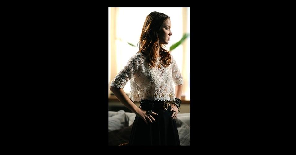A renda sempre está presente no figurino de Débora (Nathalia Dill). A personagem aparece vestindo looks com saia longa na altura da cintura com blusas cropped (modelos curtinhos)