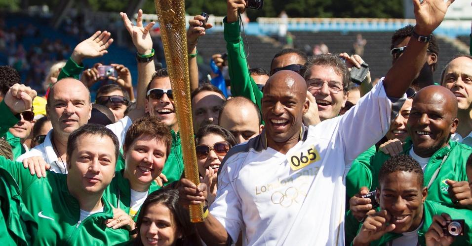 Atletas da delegação brasileira junto a Marlon Dovonish durante passagem da Tocha Olímpica pelo CT Crystal Palace para os Jogos de Londres, Inglaterra (23/07/2012)