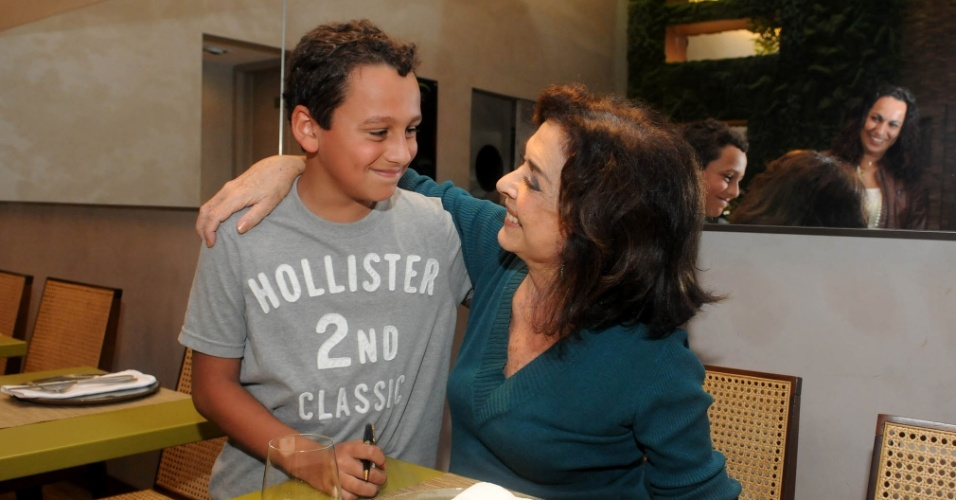 Betty Faria cumprimenta o fã Francisco, de nove anos, durante entrevista ao UOL no Leblon, zona sul do Rio (20/7/2012)