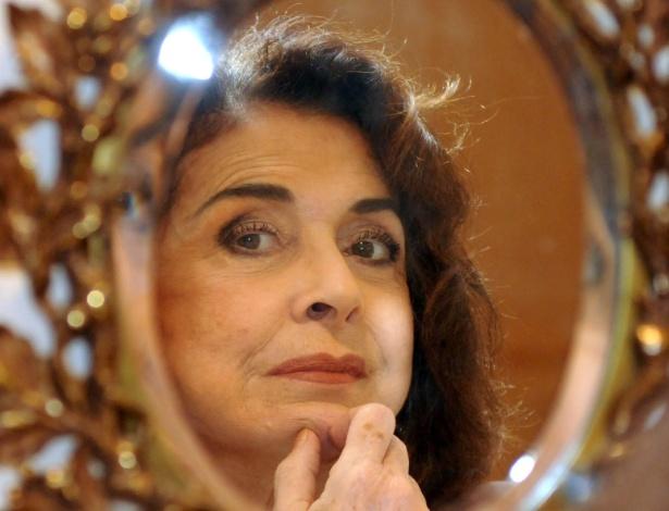 Betty Faria posa para foto após entrevista ao UOL no Leblon, zona sul do Rio (20/7/2012)