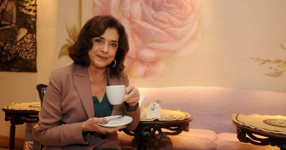 Betty Faria toma chocolate quente após entrevista ao UOL no Leblon, zona sul do Rio (20/7/2012)