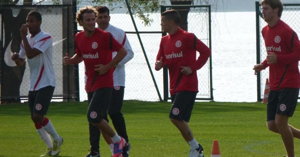 Diego Forlán e D'Alessandro aquecem antes de treino coletivo do Inter (23/07/12)
