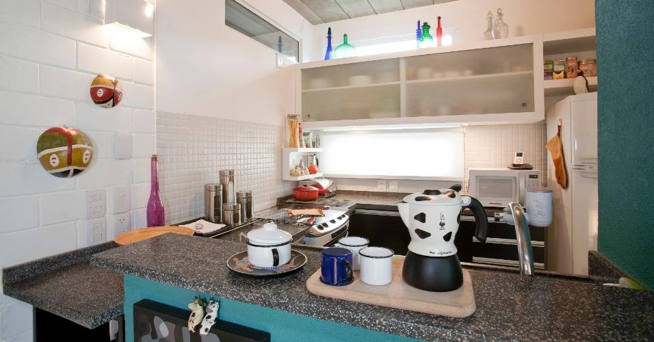 Em uma das unidades do Residencial Vila Maida, assinado pela arquiteta Maristela Faccioli, é possível ver que a cozinha recebeu bancadas com tampos em granito preto (Pedras Karina). O ambiente está totalmente integrado às salas, o que cria a sensação de amplitude dos espaços