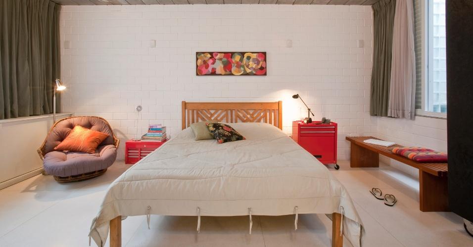 Em uma das unidades do Vila Maida, o quarto do casal conta com os mesmos tipos de revestimento usados no pavimento inferior: piso de granilite branco (Casa Franceza), paredes que expõem a textura natural do bloco de concreto estrutural (Prensil), pintado de branco, e laje-painel treliçada, em réguas, à mostra. O projeto do residencial, em Santo André (SP), é da arquiteta Maristela Faccioli