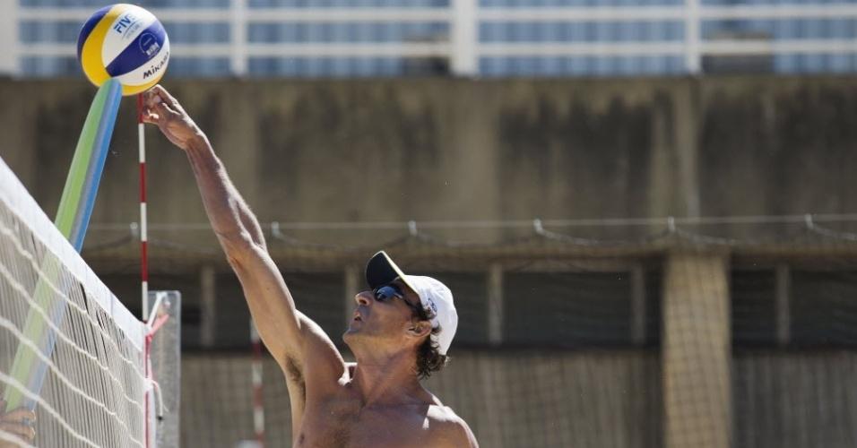 Emanuel treina jogadas na rede junto com parceiro Alison na arena do CT Crystal Palace (23/07/2012)