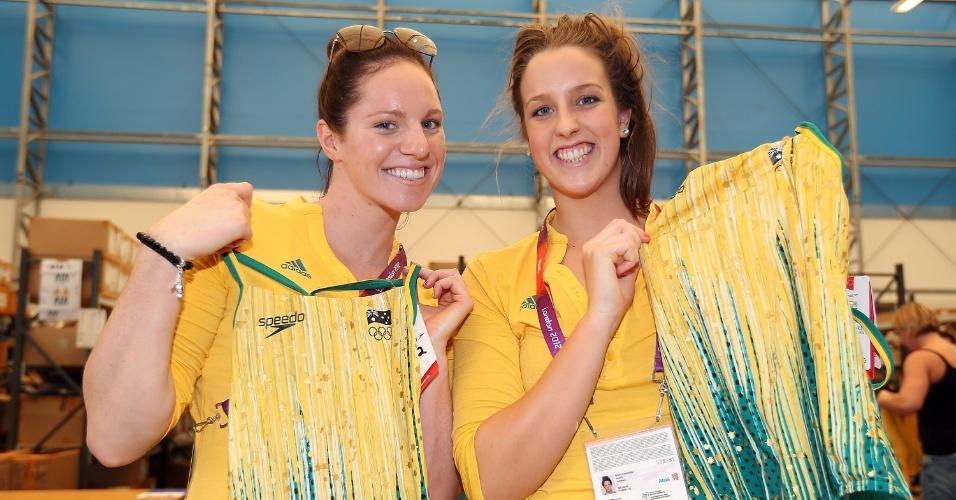 Emily Seebohm e Brittany Elmslie, da equipe de natação da Austrália, mostram maiô para os Jogos de Londres