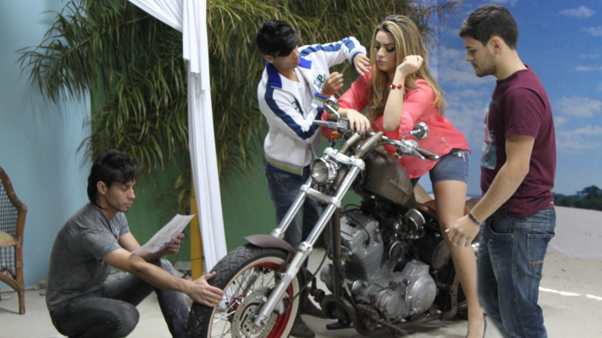 Ex-BBB Monique Amin posa para catálogo de moda no Paraná (23/7/2012)