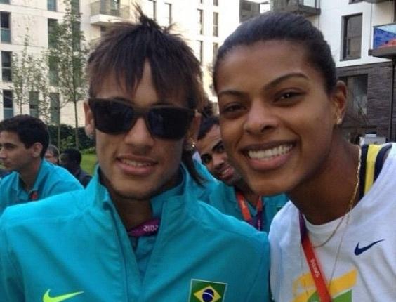 Fernanda Garay, da seleção de vôlei, tira foto com Neymar, do time de futebol. Ao fundo, Sandro faz graça e também aparece na imagem (23/07/2012)