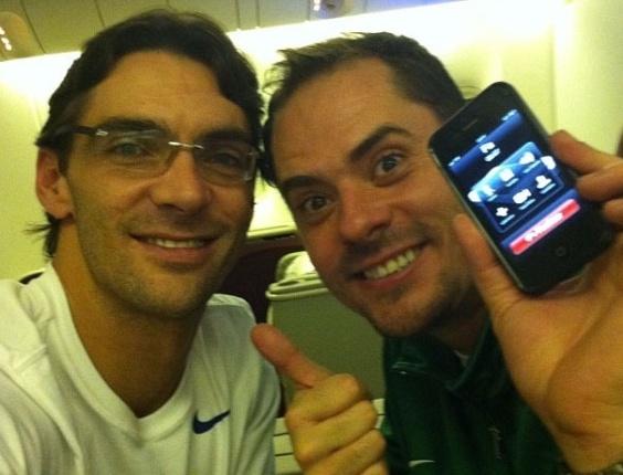 Giba (e) e Ricardinho registram o voo da seleção brasileira de vôlei de Guarulhos para Londres (23/07/2012)