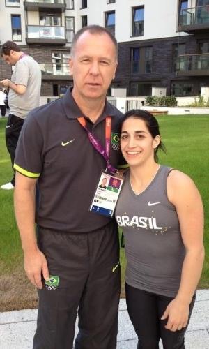 Ginasta Daniele Hypólito tira foto com treinador Mano Menezes, que visitou a Vila Olímpica com a seleção de futebol masculino