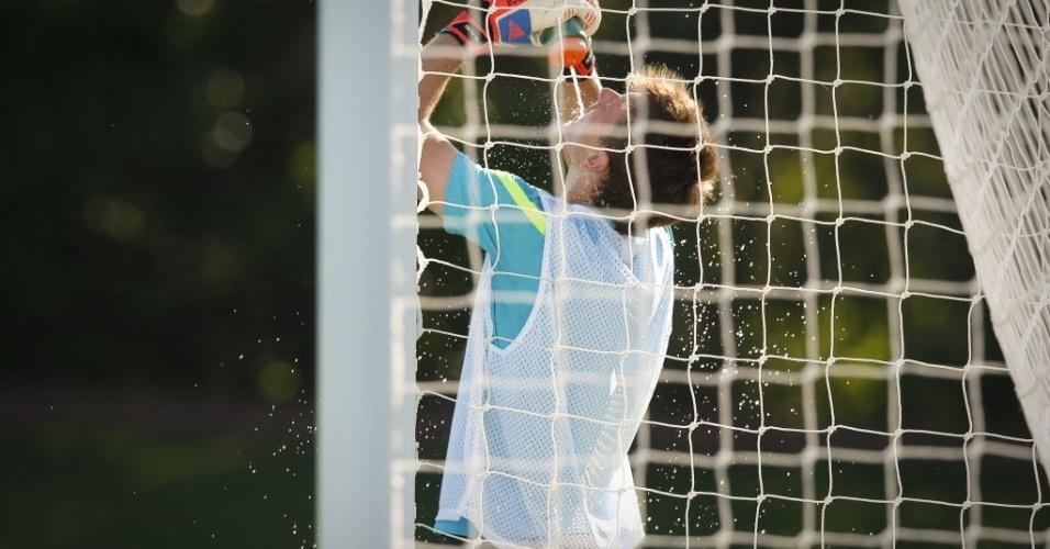 Goleiro Neto se hidrata depois de treino da seleção em Saint Albans, realizado sob forte sol