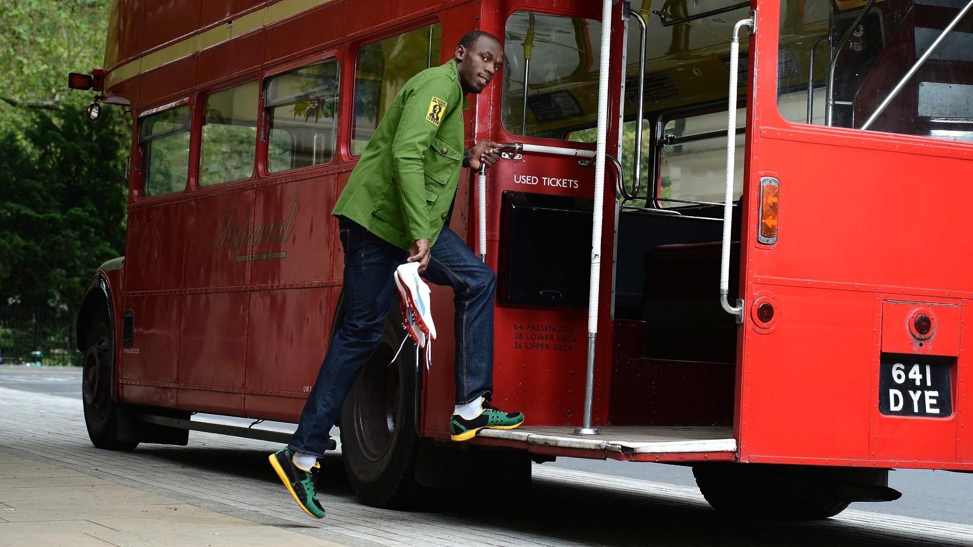 Jamaicano Usain Bolt posa para foto em ônibus típico de Londres
