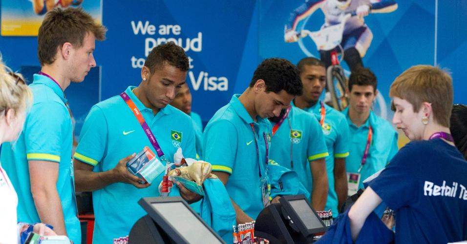 Jogadores da seleção brasileira de futebol visitam a Vila Olímpica e fazem compras na loja de souvenirs em Londres