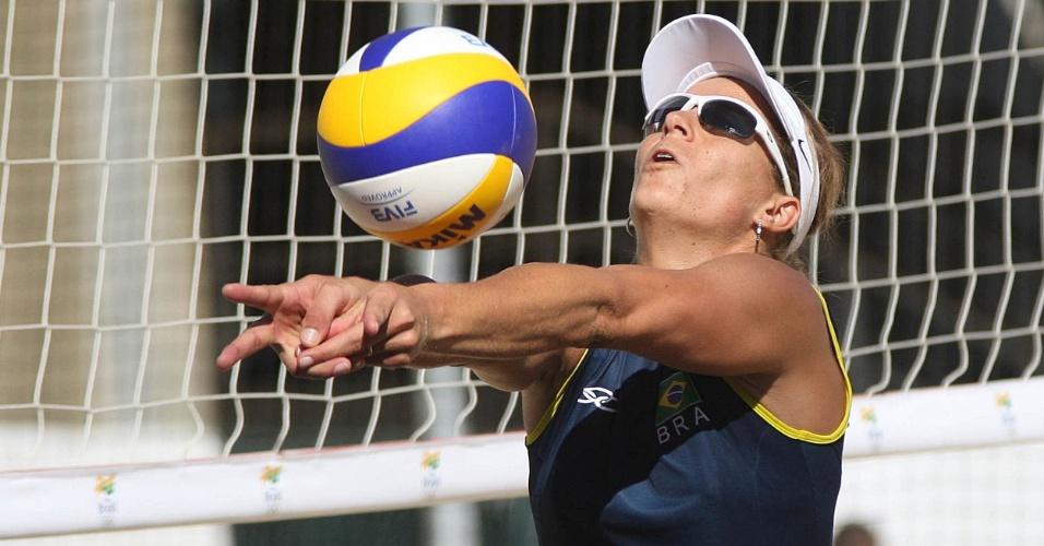 Larissa, do vôlei de praia, treina em Londres antes do início das Olimpíadas. Fazendo dupla com Juliana, elas são esperança de ouro para o Brasil (23/07/2012)