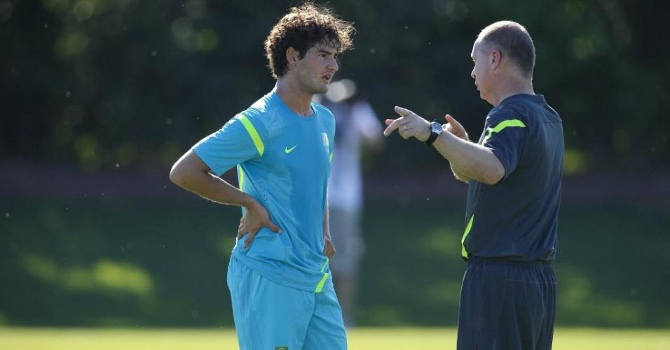 Mano Menezes conversa com Alexandre Pato durante treino da seleção brasileira em Saint Albans (23/07/2012)