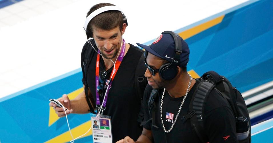 Michael Phelps (e) e Cullen Jones, da equipe de natação dos EUA, ouvem música durante sessão de treinamento do Parque Aquático em Londres