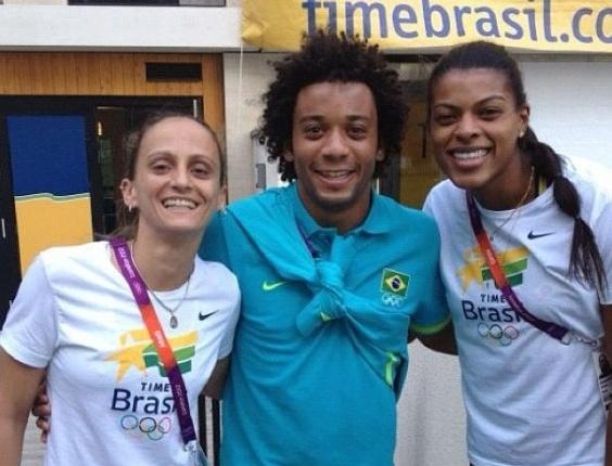 Na chegada à Vila Olímpica, Fabi (e) e Fernanda Garay, da seleção de vôlei, encontram Marcelo, lateral da equipe de futebol (22/07/2012)