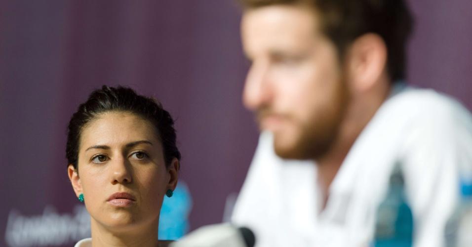 Nadadora australiana Stephanie Rice observa entrevista do colega James Magnussen, nesta segunda, em Londres