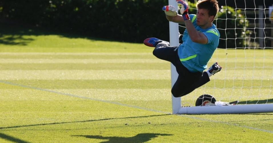 Neto, goleiro da seleção brasileira, pula para fazer defesa durante treinamento da equipe em Saint Albans