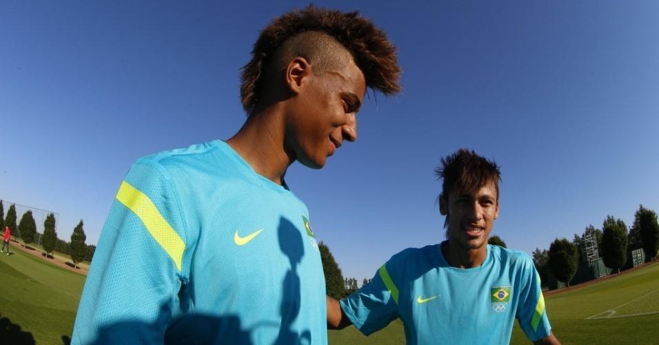 Neymar posa com 'sósia', que atua na base do Arsenal e ajudou em treino da seleção em Saint Albans
