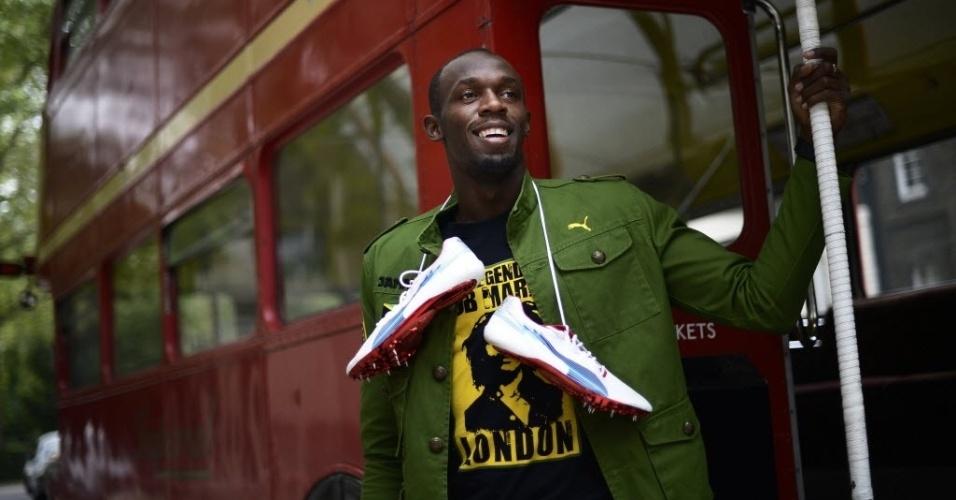 O jamaicano Usain Bolt posa para ensaio fotográfico em tradicional ônibus em Londres