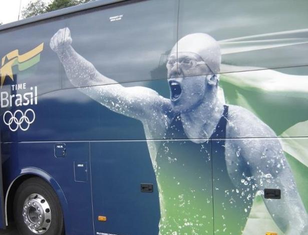 Ônibus do Time Brasil tem foto de Cesar Cielo