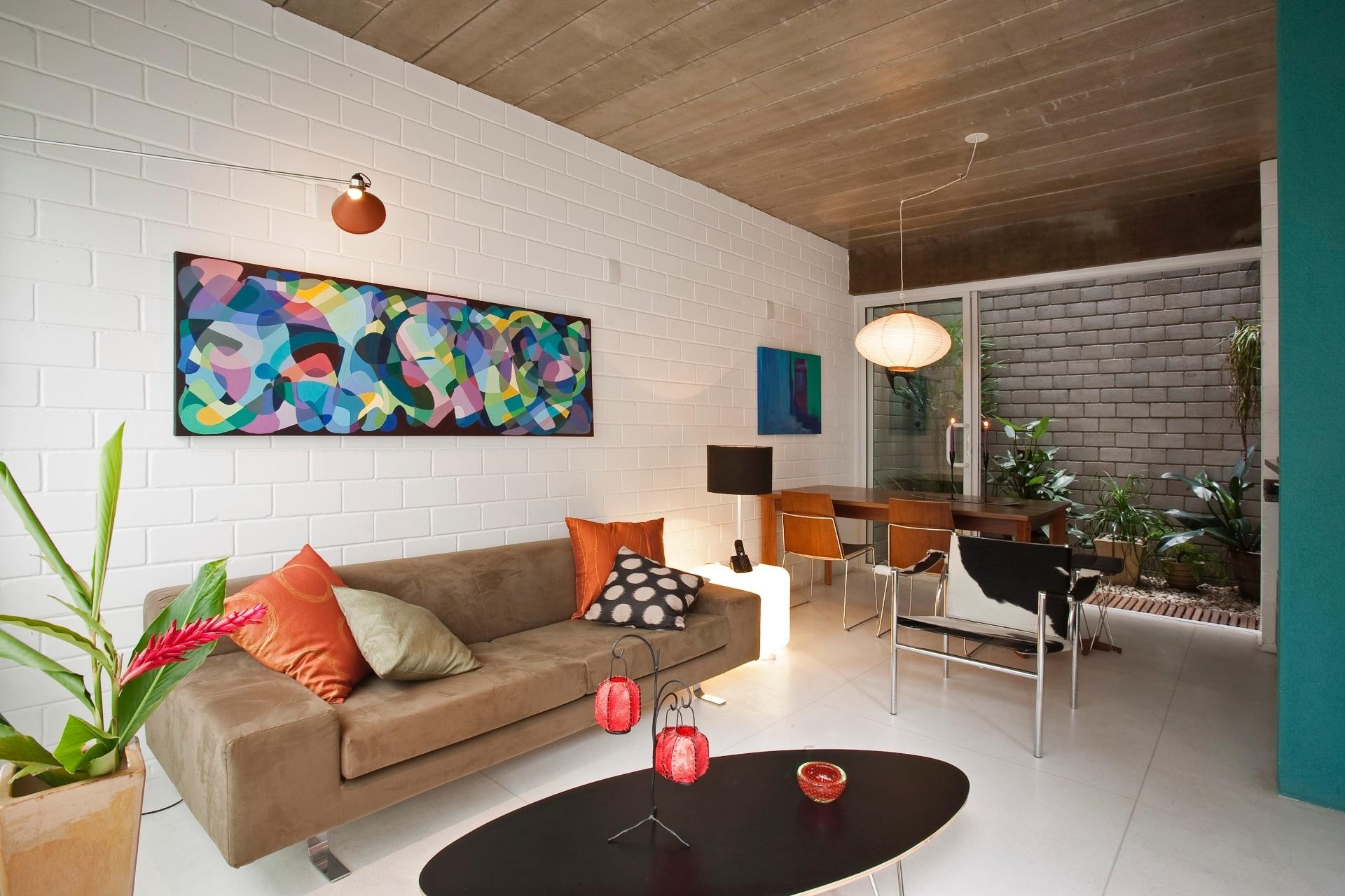 Para a realização do Residencial Vila Maida, a arquiteta Maristela Faccioli optou pela praticidade, com materiais como blocos de concreto autoportantes (Prensil), estruturais, e que permanecem aparentes, combinados com vigas (moldadas em loco) e lajes-painel treliçadas de concreto (pré-fabricadas). A ideia era levantar rapidamente a edificação, sem a necessidade do uso de fôrmas para pilares, uma vez que as próprias paredes são estruturais