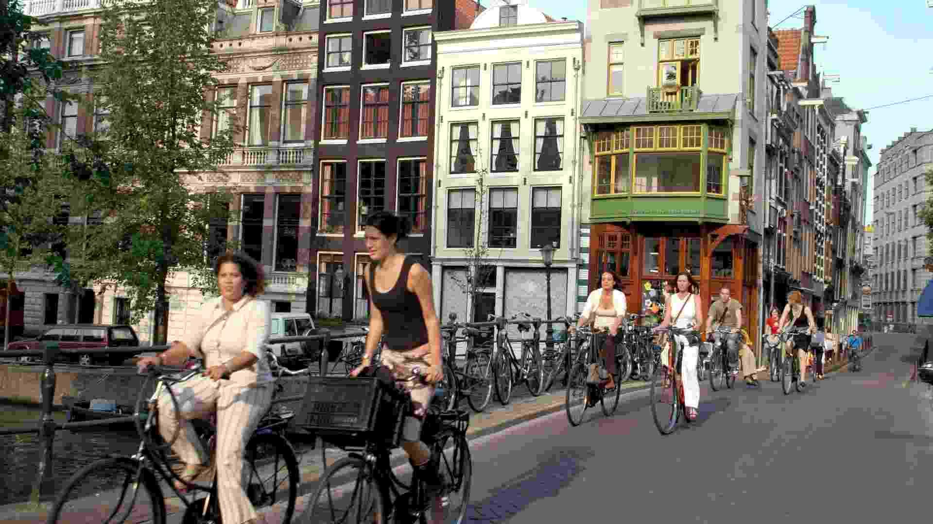 População andando de bicicleta no centro de Amsterdã - Divulgação/Nuffic Neso Brazil