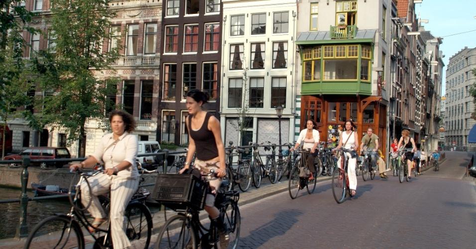 População andando de bicicleta no centro de Amsterdã