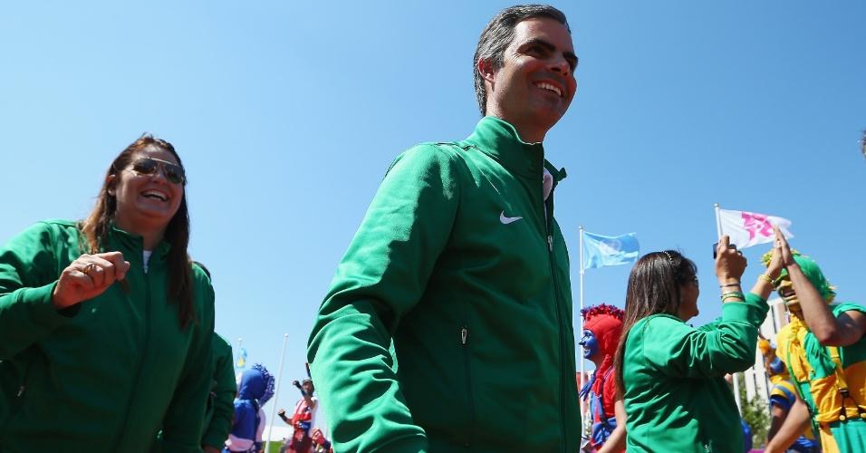 Rodrigo Pessoa, porta-bandeira da delegação brasileira, durante hasteamento de bandeiras na Vila Olímpica