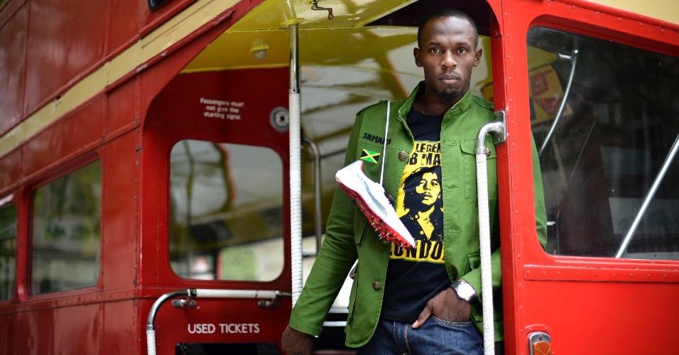 Velocista Usain Bolt faz pose para ser fotografado dentro do famoso ônibus de Londres