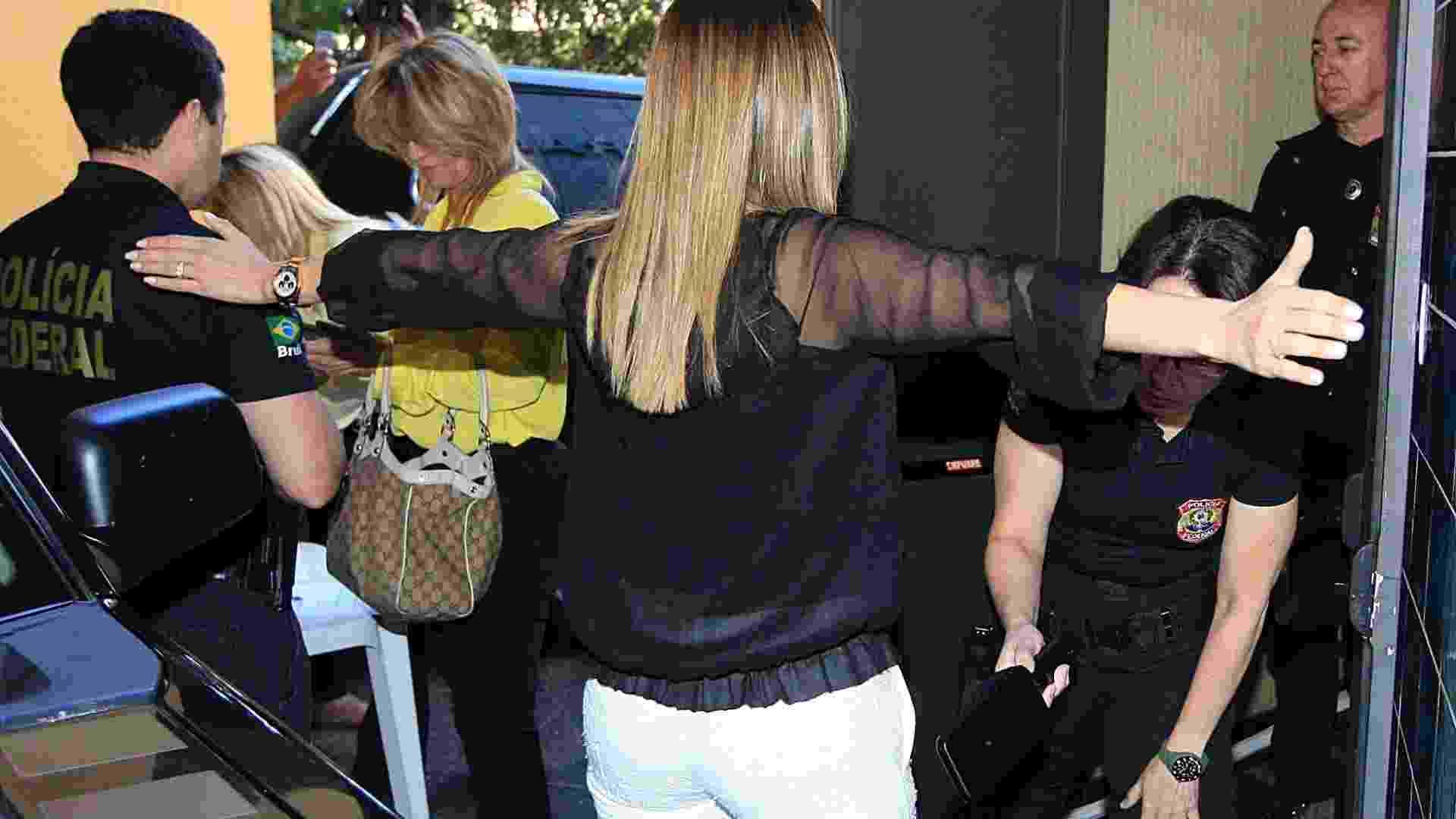 24.jul.2012 - Andressa Mendonça (centro), mulher de Carlinhos Cachoeira, chega à Justiça Federal de Goiânia para acompanhar os depoimentos de defesa e acusação dos réus das investigações da operação Monte Carlo - Cristiano Borges/UOL