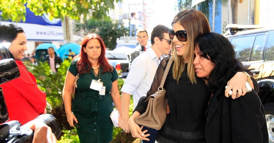 24.jul.2012 - Andressa Mendonça, mulher de Carlinhos Cachoeira, recebe um abraço de uma suposta fã, ao deixar o Tribunal da Justiça Federal, em Goiânia, após depoimentos de testemunhas de defesa e acusação do caso Monte Carlo