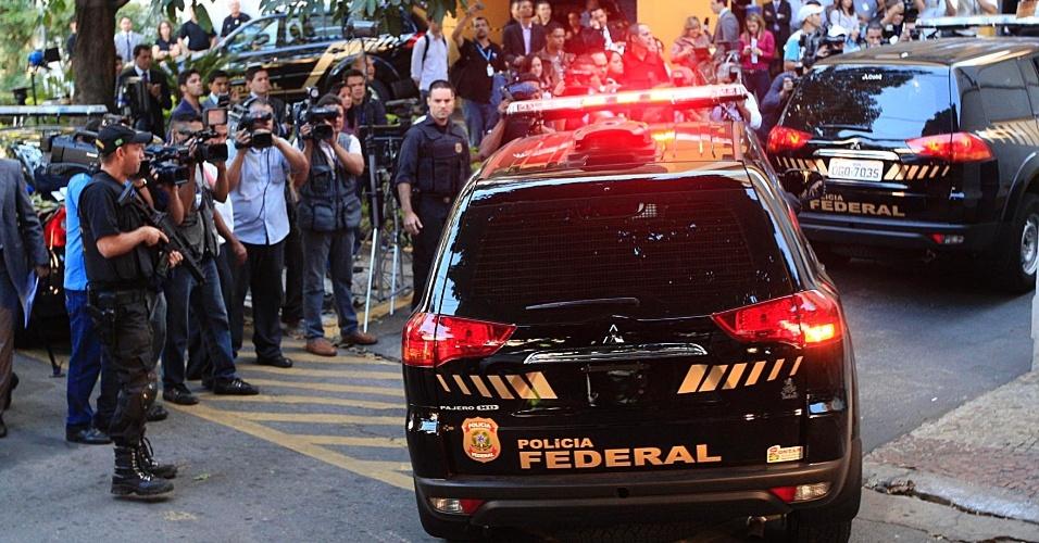 24.jul.2012 - Jornalistas se aglomeram em frente ao prédio da Justiça Federal de Goiânia, nesta terça-feira (24), onde vão acontecer os depoimentos de defesa e acusação dos réus das investigações da operação Monte Carlo