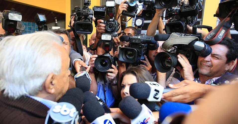 24.jul.2012 - O pai de Carlinhos Cachoeira, Sebastião Almeida Ramos, 82, chega nesta terça-feira (24) à Justiça Federal de Goiânia para acompanhar os depoimentos de defesa e acusação dos réus das investigações da operação Monte Carlo