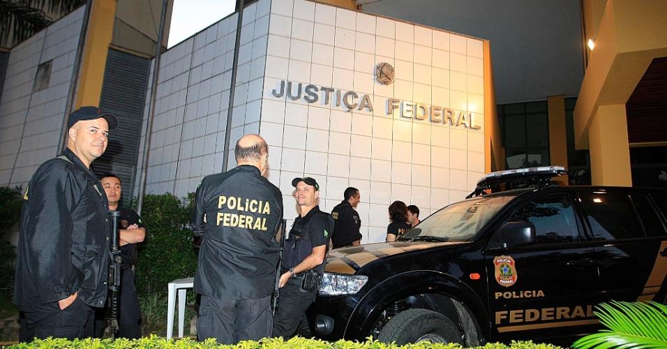 24.jul.2012 - Policiais trabalham em frente ao prédio da Justiça Federal de Goiânia, nesta terça-feira (24). Começam hoje no local as audiências de instrução e julgamento de Carlinhos Cachoeira e outros sete réus. Serão dois dias de depoimentos