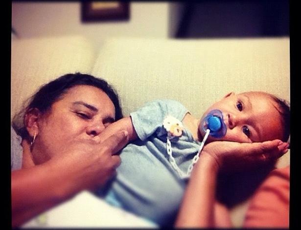"""A atriz Solange Couto postou no Twitter uma foto junto de deu filha, Benjamin. """"Te amo!!!!"""", escreveu a atriz (24/7/12)"""