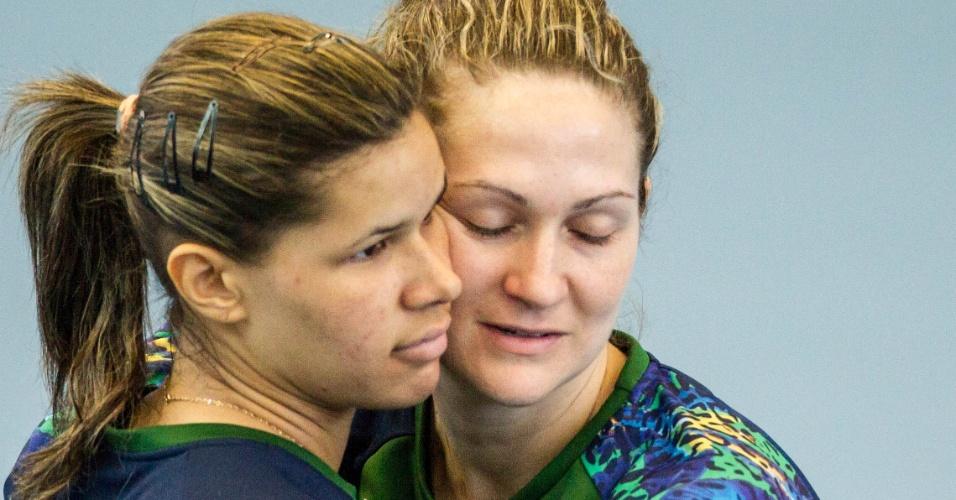 A goleira Chana (dir.) abraça Mayssa durante o treino da manhã desta terça-feira (24/07/2012)