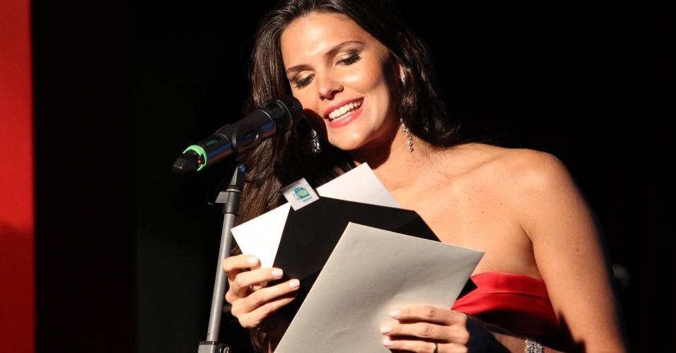A modelo Daniella Sarahyba abre um dos envelopes com o nome dos vencedores no Prêmio Contigo! no RJ (23/07/12)