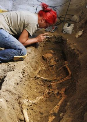"""Esqueleto encontrado nesta terça-feira (24/7/12) no monastério de Santa Úrsula, em Florença, pode ter inspirado o quadro """"Mona Lisa"""", de Leonardo Da Vinci - Fabrizio Giovannozzi/AP"""