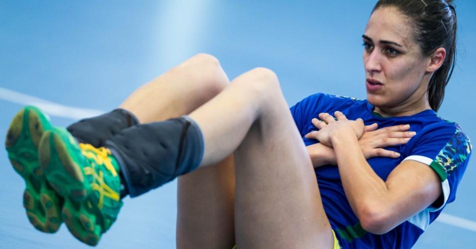 A pivô Dara continua com os exercícios durante treinamento para os Jogos Olímpicos nesta terça-feira (24/07/2012)