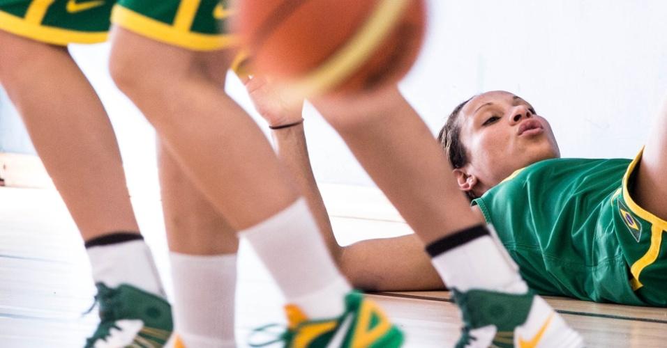 Adrianinha deita no chão em treino da seleção feminina de basquete (24/07/12)