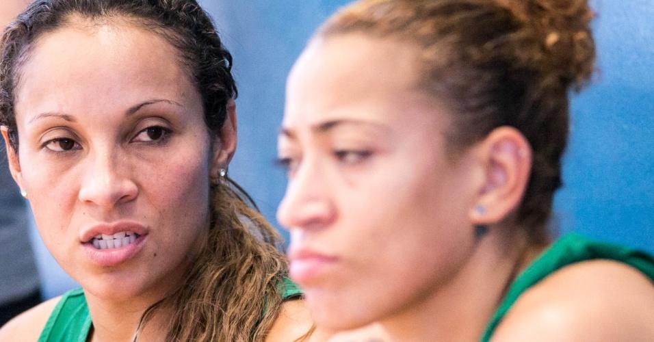 Adrianinha e Érika conversam em treino da seleção feminina de basquete em Londres (24/07/12)
