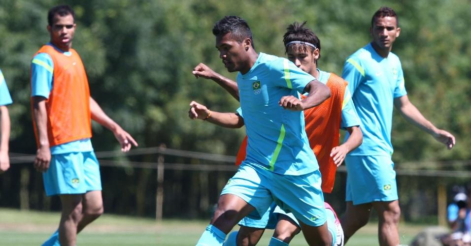 Alex Sandro domina a bola durante treino da seleção brasileira masculina de futebol