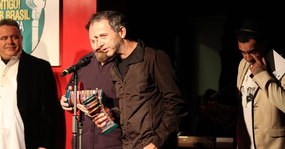 Bi Ribeiro e João Barone recebem o prêmio na categoria top digital, entregue à banda Paralamas do Sucesso (23/07/12)