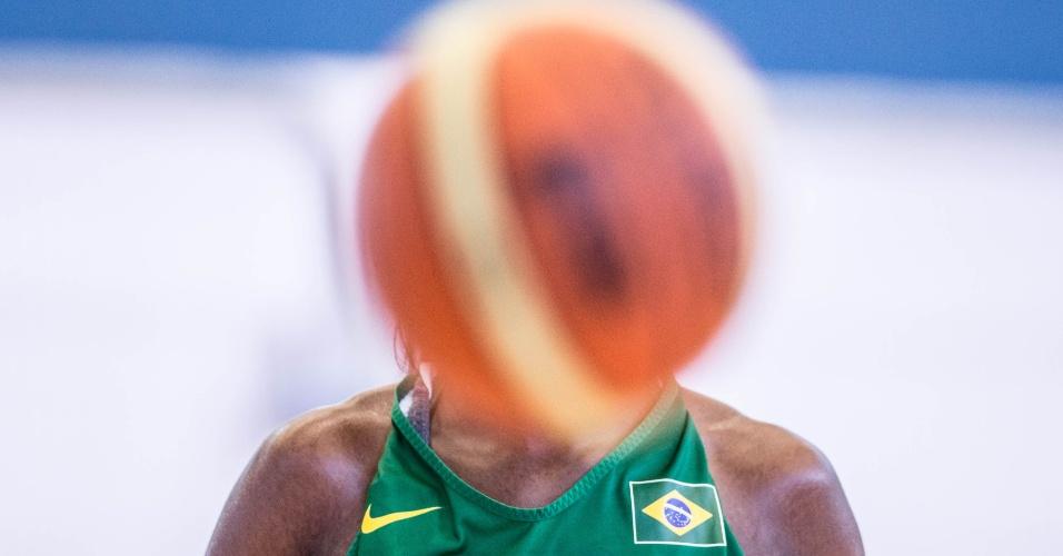 Bola esconde Franciele em treino da seleção feminina de basquete em Londres (24/07/12)