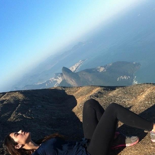 Carol Castro divulga imagem no topo da Pedra da Gávea (24/7/2012)
