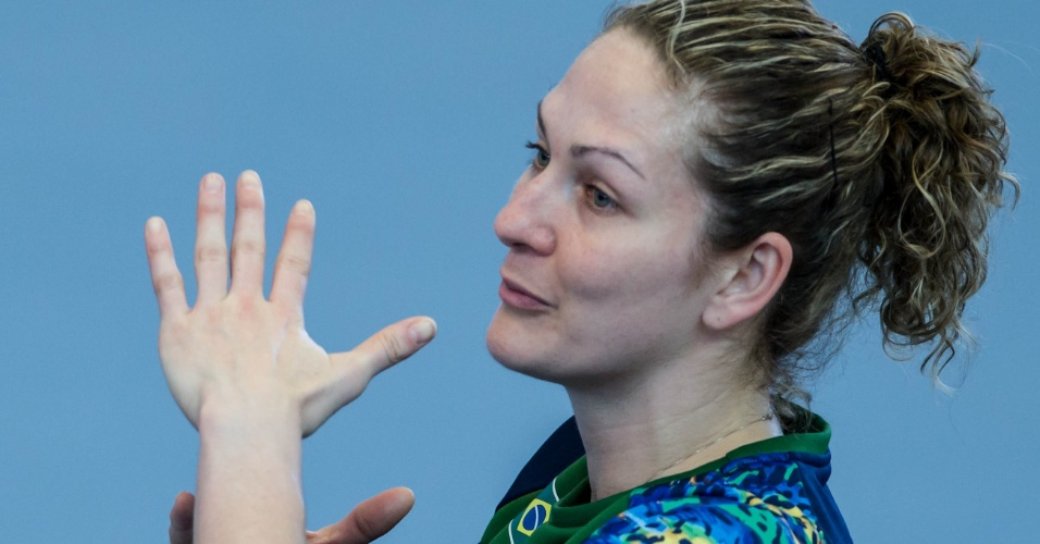 Chana Masson, goleira e atleta mais experiente do time de handebol do Brasil, treina no Crystal Palace nesta terça-feira (24/07/2012)